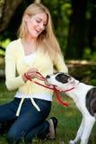 Geknuffel met de hond Stock Fotografie
