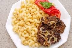 Gekocht auf selbst gemachten Teigwaren mit gebratenem Schweinefleisch- oder Rindfleischfleisch und Weiß Lizenzfreies Stockfoto