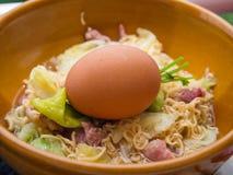 Gekocht von den sofortigen Nudeln mit gekochten Eiern Lizenzfreie Stockfotografie