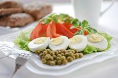 Gekochte Eier auf den Blättern des Kopfsalates Stockfotos