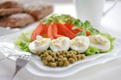 Gekochte Eier auf den Blättern des Kopfsalates Stockbild