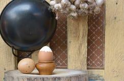 Gekochte Eier auf hölzernem Stand Stockfotografie