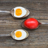 Gekochte Eier in den alten Löffeln auf altem hölzernem Hintergrund Lizenzfreies Stockfoto