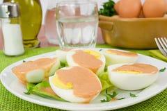 Gekochte Eier gedient mit Cocktailsauce Stockfoto