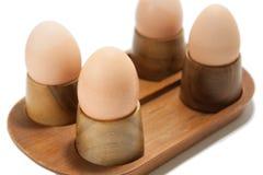 Gekochte Eier im hölzernen Halter Lizenzfreies Stockfoto
