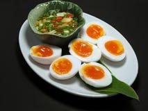 Gekochte Eier mit Fische suace und Paprikas und Knoblauch Lizenzfreie Stockfotografie