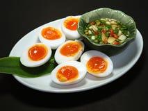 Gekochte Eier mit Fische suace und Paprikas und Knoblauch Stockfoto