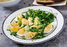 Gekochte Eier mit Grüns Gesunde Nahrung Schließen Sie oben, kopieren Sie Raum stockfotos