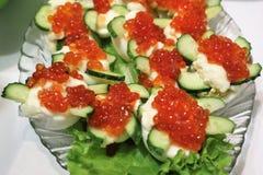 Gekochte Eier mit rotem Kaviar lizenzfreies stockfoto