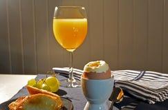 Gekochte Eier und Orangensaft zum Frühstück Stockbild