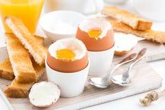 Gekochte Eier und Toast auf einem hölzernen Brett Lizenzfreie Stockfotografie