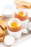 Gekochte Eier und Toast auf einem hölzernen Brett, vertikal Lizenzfreie Stockfotografie