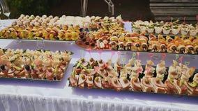 Gekochte festliche Festlichkeiten für Gäste anlässlich der Hochzeit Schön verziertes Buffet nave feier stock video