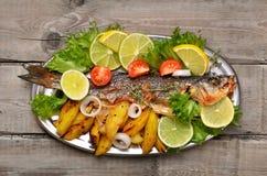 Gekochte Fische mit Gemüse Stockfotos