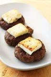 Gekochte Fleischklöschen mit Käse in einer Platte auf einem hölzernen Hintergrund Lizenzfreie Stockfotografie