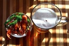 Gekochte Frischwasserpanzerkrebse mit Bier Lizenzfreies Stockfoto