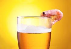 Gekochte Garnele in einem Glas Bier mit Schaumgummi lizenzfreie stockfotografie