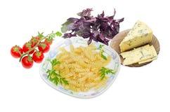Gekochte gewundene Teigwaren, Kirschtomaten, Blauschimmelkäse und Grüns Lizenzfreies Stockbild