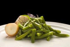 Gekochte grüne Bohnen mit Zwiebel und Knoblauch stockbild