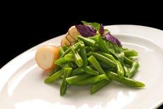 Gekochte grüne Bohnen mit Zwiebel und Knoblauch lizenzfreie stockbilder