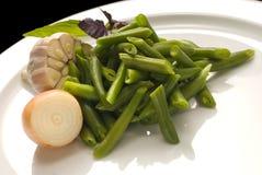 Gekochte grüne Bohnen mit Zwiebel und Knoblauch lizenzfreies stockbild