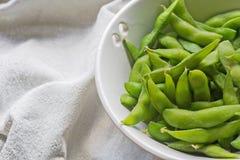 Gekochte grüne Sojabohnen auf Gewebehintergrund Lizenzfreie Stockfotos