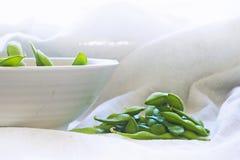 Gekochte grüne Sojabohnen auf Gewebehintergrund Lizenzfreie Stockfotografie