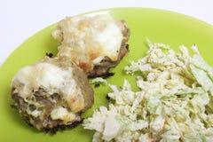 Gekochte Hackfleischsteaks mit Kartoffeln, Eiern und Käse Lüge auf einer Platte Nahe Gemüsesalat stockfotos