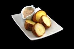 Gekochte Kartoffel mit Soße Lizenzfreie Stockfotografie