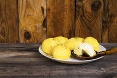 Gekochte Kartoffeln und ein Löffel von Butter Lizenzfreie Stockbilder