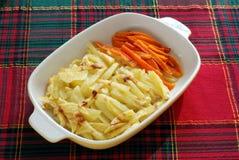 Gekochte Kartoffeln und Karotten Stockfotos