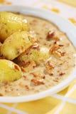 Gekochte Kartoffeln und Pfifferlingsoße Stockfotos
