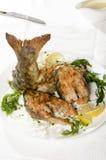 Gekochte Lachse auf einem weißen Hintergrund mit Gewürzen und Soße stockbilder