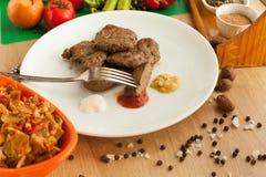 Gekochte Leber mit Gewürzen und Salat Stockfotos