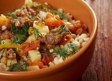 Gekochte Perlgerste mit Fleisch und Gemüse Stockbilder