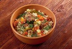 Gekochte Perlgerste mit Fleisch und Gemüse Stockfoto