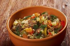 Gekochte Perlgerste mit Fleisch und Gemüse Lizenzfreie Stockfotos