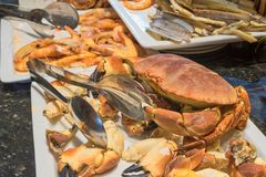 Gekochte Seekrabbe auf einem Behälter mit anderen Meeresfrüchten Stockfotos