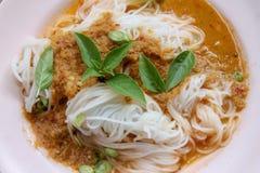 Gekochte thailändische Reissuppennudeln, normalerweise gegessen mit curries und Gemüse stockfoto
