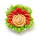 Gekochte Würste mit Tomate und grünem Salat stockbild