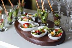 Gekochte Wachteleier, Tomate, Kopfsalat Stockbilder