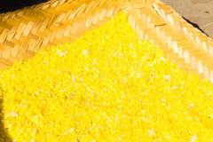 Gekochter gelber Reis moven herein von der Palmblattschüssel Stockbilder
