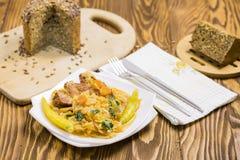 Gekochter Kohl mit Karotten, Peperoni, Petersilie Stockfotos