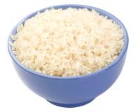 Gekochter langkörniger Reis in einer lila Schüsselnahaufnahme ist Lizenzfreies Stockbild