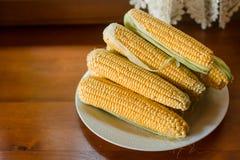 Gekochter Mais auf einer Platte in der Küche Stockfotografie