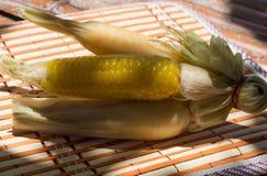 Gekochter Mais auf weißem Hintergrund Es hat süßen Geschmack Stockbilder
