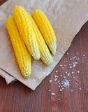 Gekochter Mais mit Seesalz auf dem Pergament Stockfotos