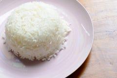 Gekochter Reis auf weißem Teller lizenzfreies stockbild