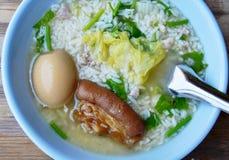 Gekochter Reis, der Bein des braunen Eies und des Schweinefleisch in der Schüssel übersteigt Lizenzfreies Stockfoto