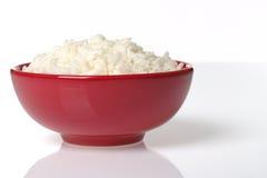 Gekochter Reis in der roten Schüssel lizenzfreie stockfotografie